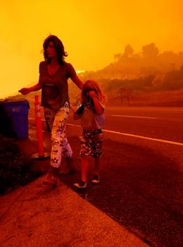 加州坎普山火肆虐 天堂镇痛失家园